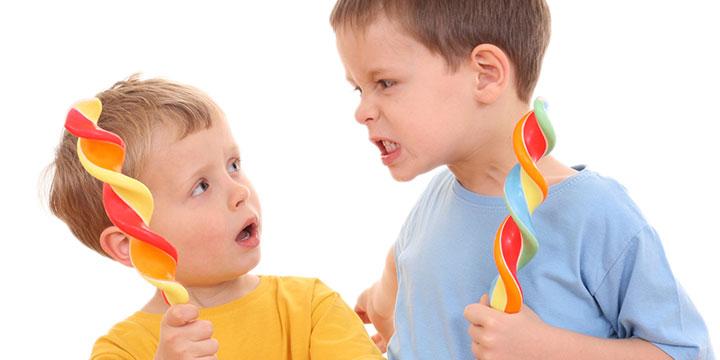 crises de ciúme do seu filho pelo irmão