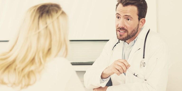 Médico alertando paciente sobre os cuidados com a cirurgia plastica