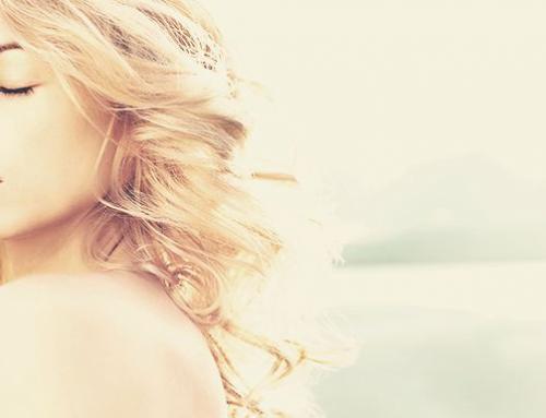 Hidrate e clareie os cabelos na praia com leite!