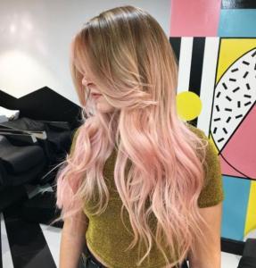 Cabelo com tons de rosa